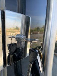 מפתח בתוך צילנדר של דלת משרד